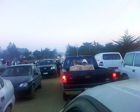 People and tourists that were staying in Pichilemu for the last weekend in the summer, quickly drove to the nearest hill, La Cruz. Image: Diego Grez.
