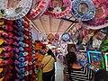 Piñatas, juegos de azar y flores en el mercado de Jalpan, Querétaro.jpg