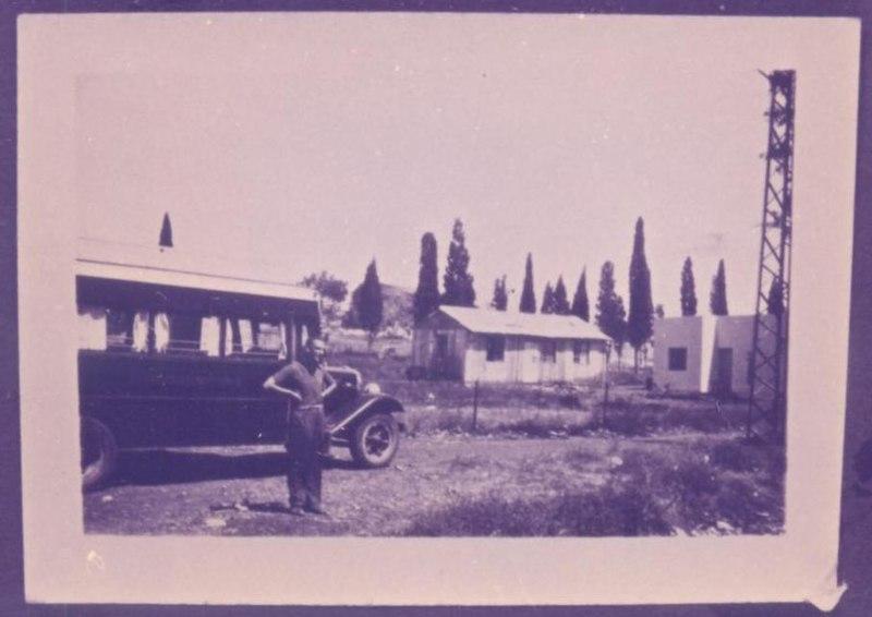 רודי רוזנפלד ליד האוטובוס