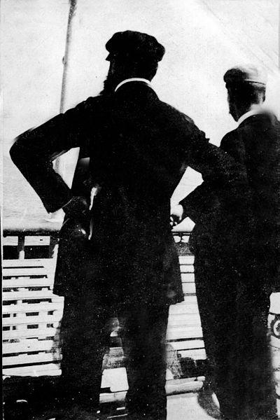 """הרצל ודוד וולפסון משקיפים לעבר חופי א""""י"""