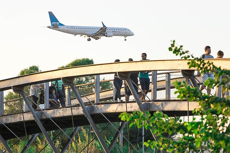 מטוס וגשר התערוכה