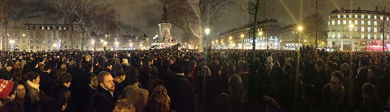 Place de la R%C3%A9publique, 18h50, une foule silencieuse.jpg