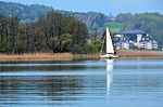 Poertschach Blumeninsel Segelboot und Unterdellach 22042013 666.jpg