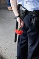 Policía con flor - Acampada Murcia.jpg