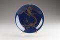 Porslins tallrik med drake (lung) jagande den heliga juvelen (kin) - Hallwylska museet - 95516.tif