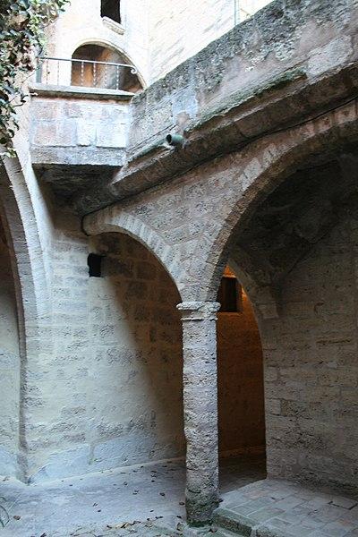 Poussan (Hérault) - cour du château de Malbois.