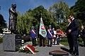Premier Mateusz Morawiecki przed pomnikiem Anny Walentynowicz w Gdańsku.jpg