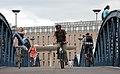 Radfahrer auf der Wiwilibrücke in Freiburg.jpg