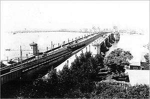 Red Line on Longfellow Bridge 1912.jpg