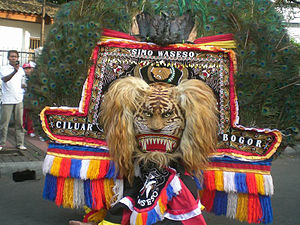 The Amazing Race 21 - For one of the Detour choices in Pasuruan, teams participated in a local Reog Ponorogo, parading through the streets while wearing giant traditional masks.