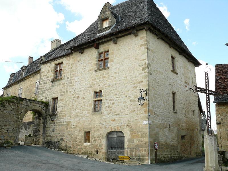 File:Saint-Robert - Château Verneuil.JPG