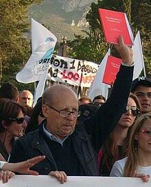 Salvatore Borsellino con l'agenda rossa alla manifestazione in memoria di Peppino Impastato. Cinisi, 9 maggio 2010.