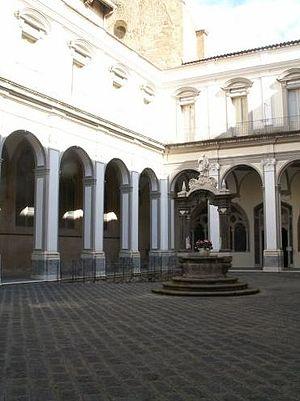 San Lorenzo (Naples) - Courtyard of the monastery of San Lorenzo in Naples.
