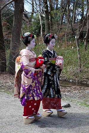 Maiko - Image: Satsuki and Kyouka walking