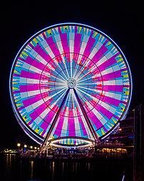 Photographie de nuit de la grande roue de Seattle, dans l'État de Washington. (définition réelle 4609×5826)