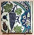 Siria, mattonella con grappoli d'uva, xvi o xvii secolo.jpg