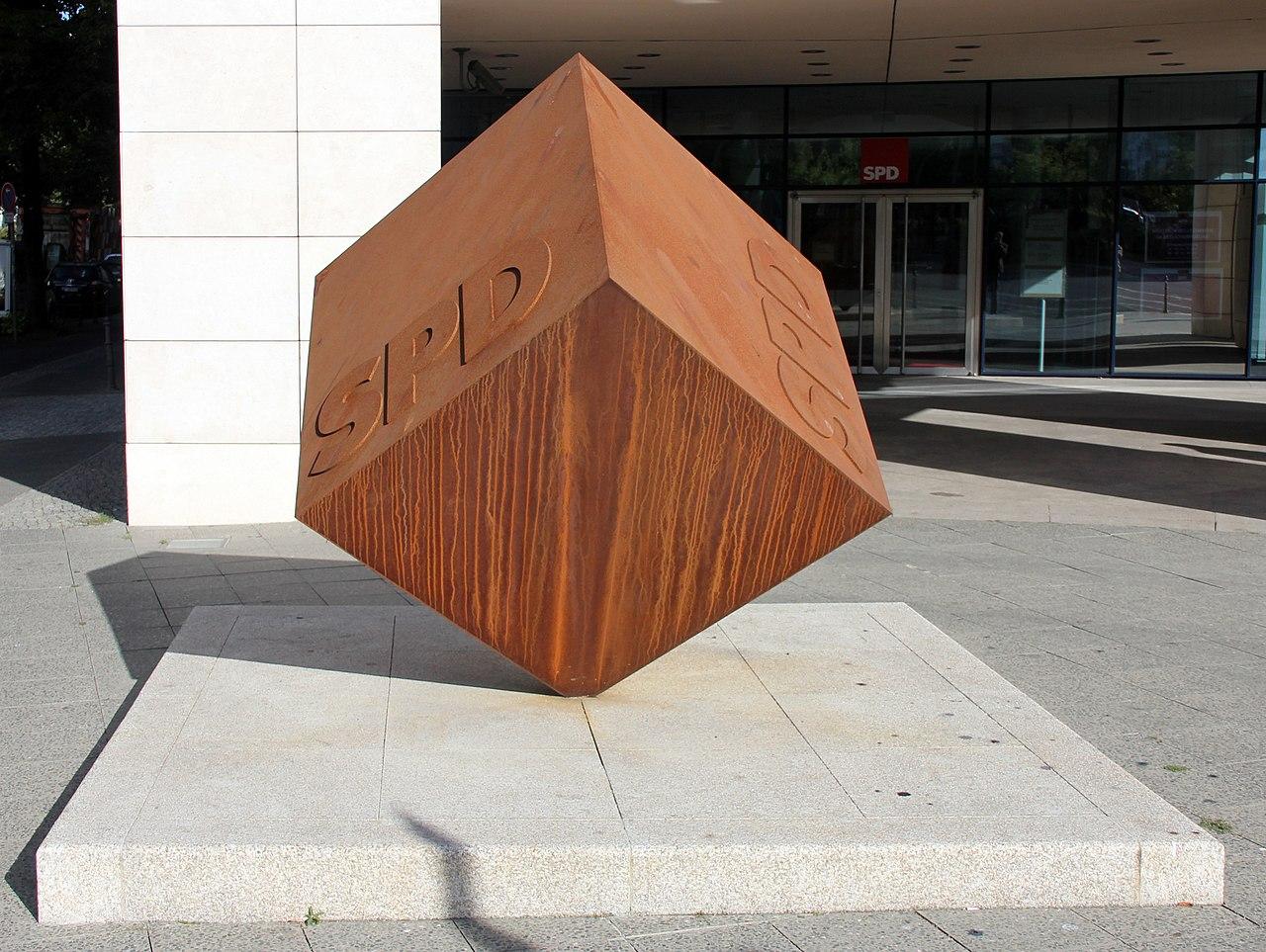Skulptur Wilhelmstraße 140 (Kreuz) SPD Würfel.jpg