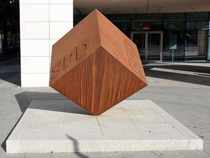 File:Skulptur Wilhelmstraße 140 (Kreuz) SPD Würfel.jpg