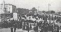 Städtische Straßenbahnen Wien 1903–1913 (page 38 crop) – Sammelplatz vor dem Haupttor des Zentralfriedhofes.jpg