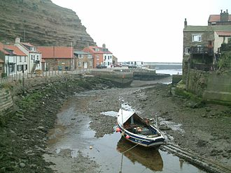 Staithes - Image: Staithes low water river