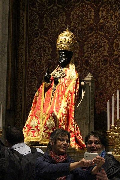File:Statue des hl. Petrus in festlicher Bekleidung (Petersdom - Rom).JPG