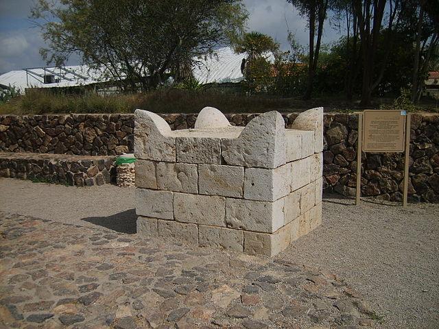 File:Tel Be'er Sheva Altar 2007041.JPG