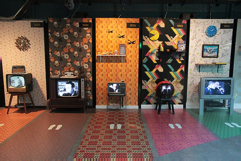 Tiedosto:Television sets from different decades.jpg