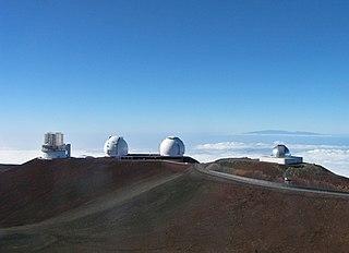 Teleskop Subaru (kiri) dan Observatorium Keck (tengah) di Mauna Kea, keduanya contoh observatorium yang bisa mengamati baik cahaya tampak atau cahaya hampir-inframerah. Di kanan adalah Fasilitas Teleskop Inframerah NASA, yang hanya beroperasi pada panjang gelombang hampir-inframerah.