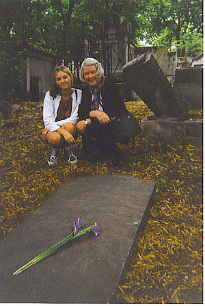 Isaac Titsingh - Mary Camper-Titsingh with her granddaughter, Meriah Druliner, at Père Lachaise -- July 13, 1996