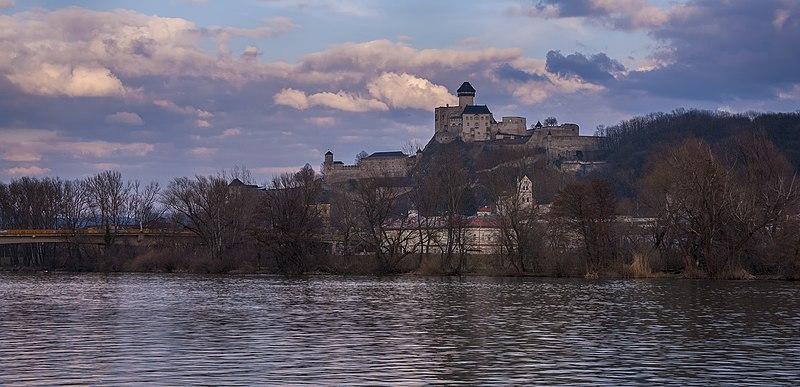 File:Trenčiansky hrad, Marec 2015.jpg