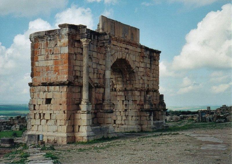 ملف:Triumphal Arch in Volubilis.jpg