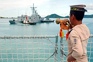Sattahip Bay - A crew member of the Royal Thai Navy Ship HTMS Similan (187) renders a bugle salute to the guided missile frigate USS Jarrett (FFG-33) in Sattahip Bay.