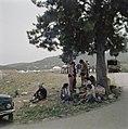 Uitstapje van jeugd uit een kibboets Een groepje jongeren is onder een boom nee, Bestanddeelnr 255-9216.jpg