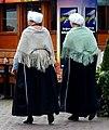 Vaste klederdracht klanten van Simonis vis in Scheveningen (cropped).jpg