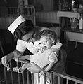 Verpleegster met baby, Bestanddeelnr 900-7977.jpg