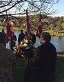 Viceborgmester Søren Rasmussen med Kolding Byråds krans ved mindesmærket for frihedskampens ofte, ved Staldgården i Kolding, 4. maj 2018. (46442751101).jpg