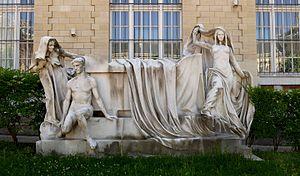 Lycée Voltaire (Paris) - Marble monument to Voltaire by Victor Ségoffin in the cour d'honneur