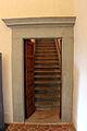 Villa il gioiello, int., sala 02 porta per le scale.JPG