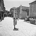 Vrouw met een dienblad, lopend in een winkelstraat, vermoedelijk in de wijk Mea , Bestanddeelnr 255-0372.jpg