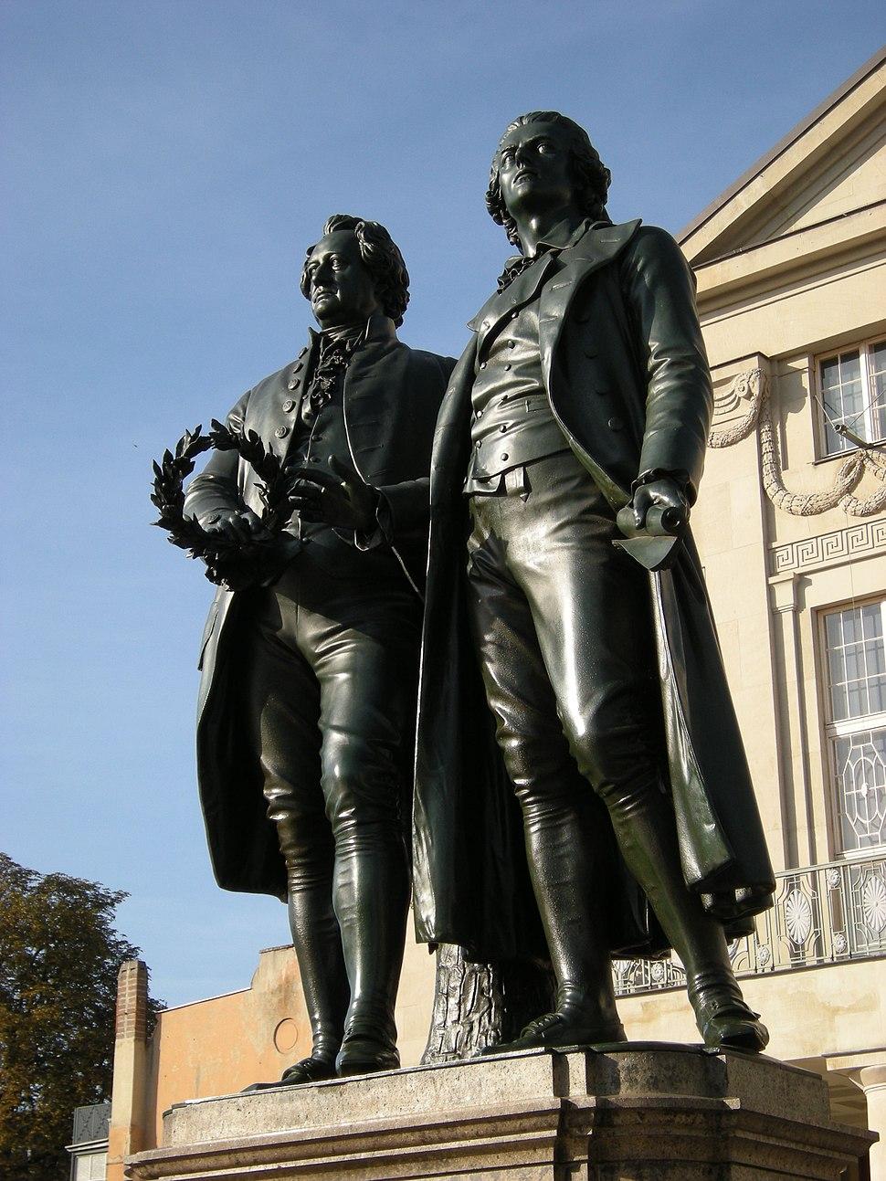 Weimar - Goethe und Schiller Statuen am Theaterplatz