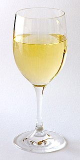 White wine wine that is fermented without grape skin, with a yellowish color
