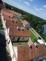 Widok na dziedziniec z eremami (pokamedulski klasztor w Wigrach) 5.jpg