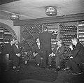 Wijnproeverij in de wijnkelder van het restaurant, Bestanddeelnr 252-8856.jpg
