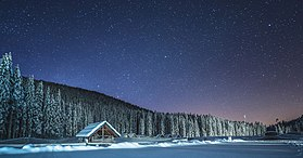 Winter cottage at night at Pokljuka 2.jpg