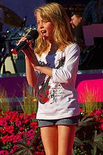 Zara Larsson durante una esibizione nel 2008