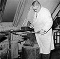 Zilversmid aan het werk in de smederij, Bestanddeelnr 252-8873.jpg