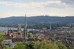 Et blik ud over den indre by med de fire vigtigste kirker synlige, og med Albis i baggrunden.