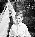 Štefan Osuský junior, zoon van diplomaat Štefan Osuský, voor zijn tent in de tui, Bestanddeelnr 255-8790.jpg