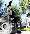 Дом, в котором помещался штаб обороны Царицына, Волгоград, памятник во дворе.jpg