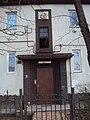 Рельеф с изображением двух детей над входом в жилой дом 02.jpg